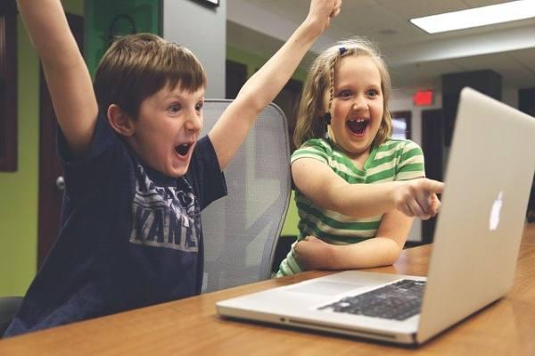 immagine di bambini che esultano al pc