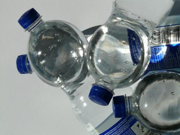 particelle di microplastica nell'acqua
