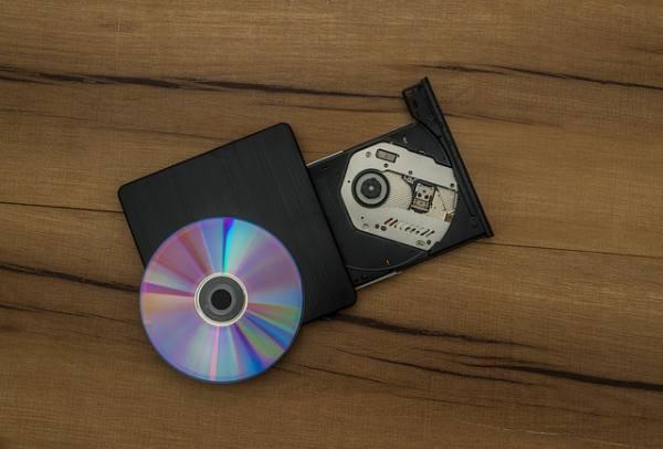 foto-di-un-masterizzatore-e-cd