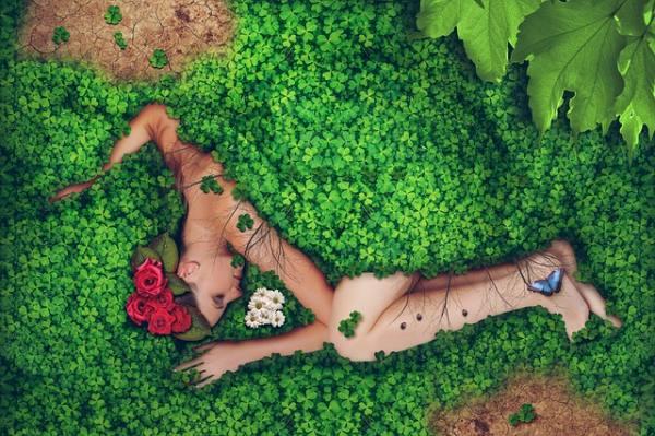 compostaggio corpo umano con immagine di una donna nella natura