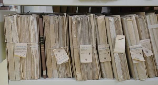immagine di un archivio faldoni polverosi