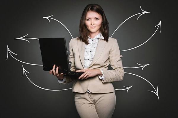 immagine donna con computer pprtatile