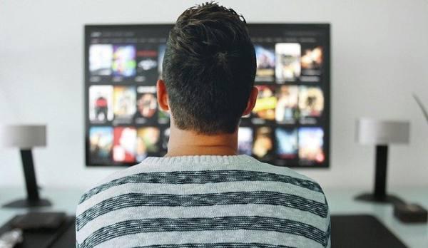 immagine di un uomo che guarda la tv
